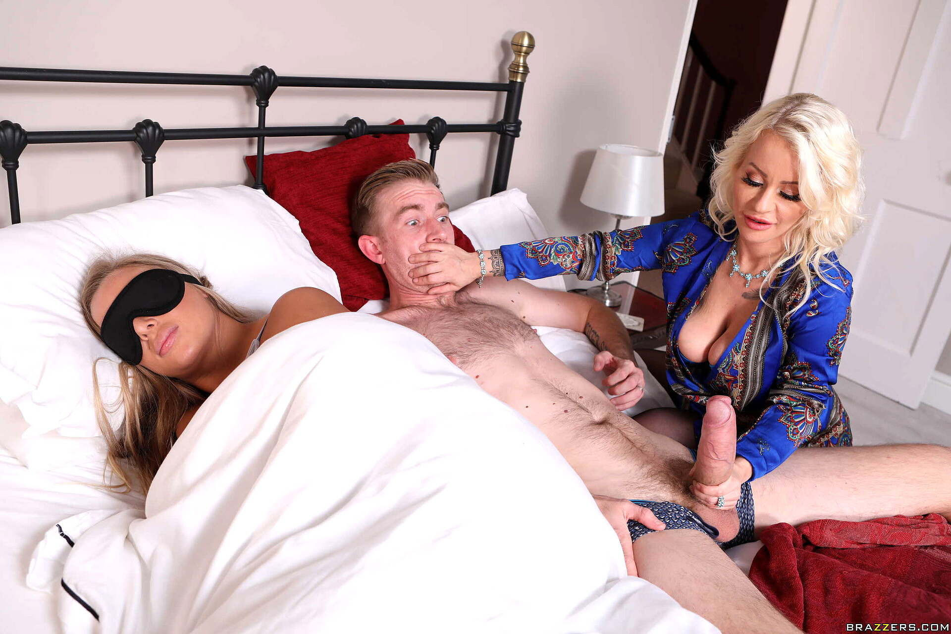 Порно грабитель спящую при муже